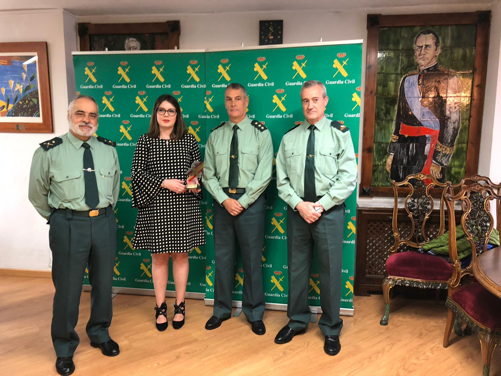 Isabel Mozota (Joarjo) con la Guardia Civil