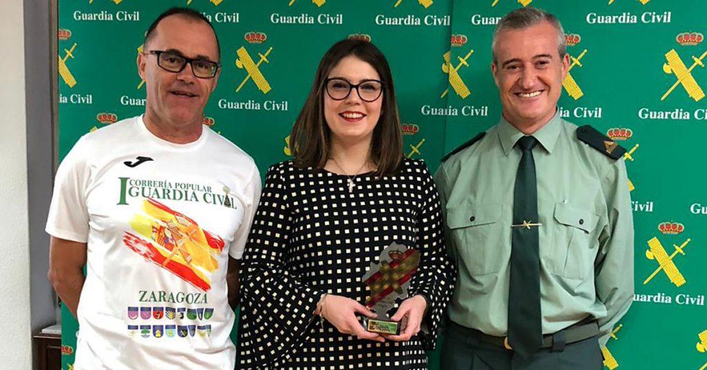 Isabel Mozota (JOARJO) recibe trofeo conmemorativo por Correría Popular Guardia Civil
