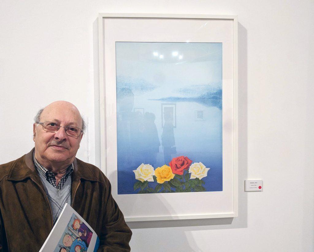 """Jesús Proaño junto a su obra """"Cuatro Rosas"""" en la Exposición Aspanoa"""